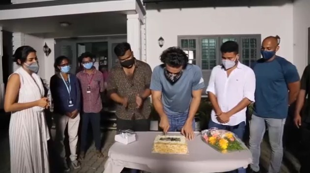 After the rest, Tovino returns to the set of 'Kanekkane'